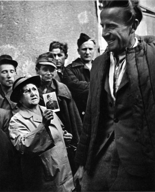 Женщина пытается узнать о судьбе своего родственника у вернувшихся в Вену военнопленных. 1947 г.