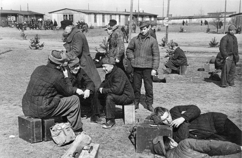 Возвращающиеся домой немецкие военнопленные. 1949 г.