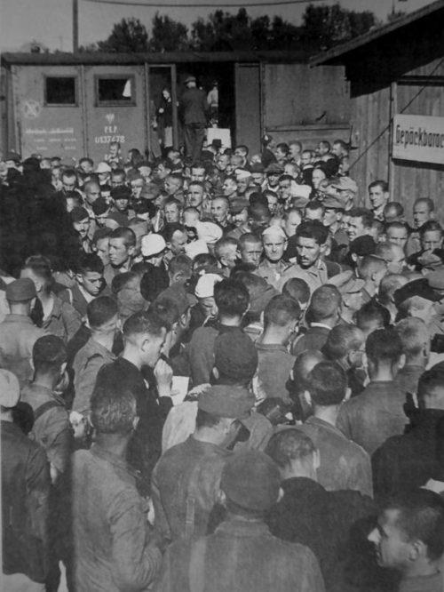 Вернувшиеся из советского плена на вокзале в Хофе. 1949 г.