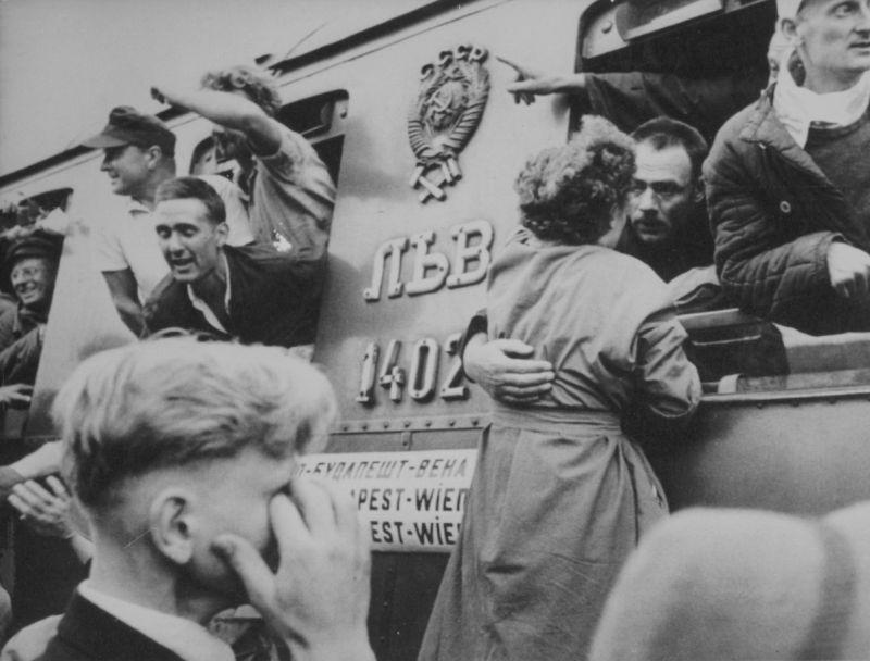 Встреча вернувшихся из СССР немецких пленных на вокзале Вены. 1950 г.