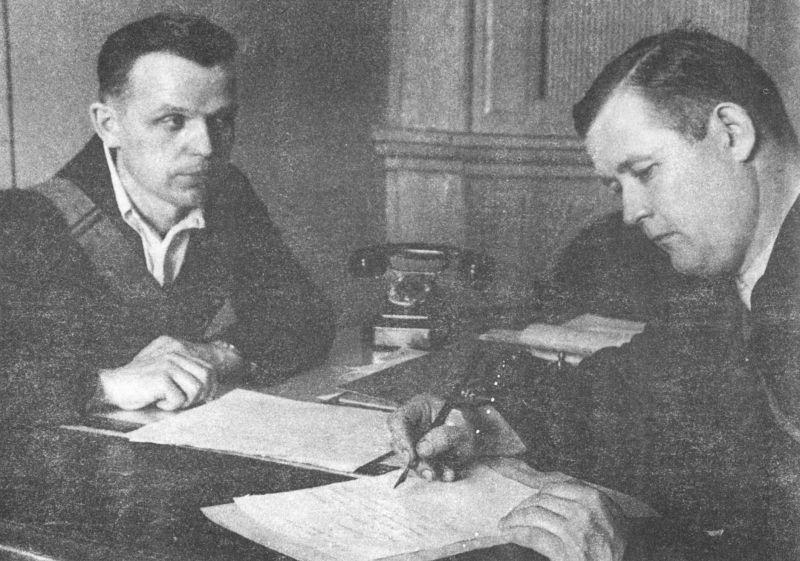 Ленинградский рабочий записывается добровольцем в народное ополчение. Июль 1941 г.