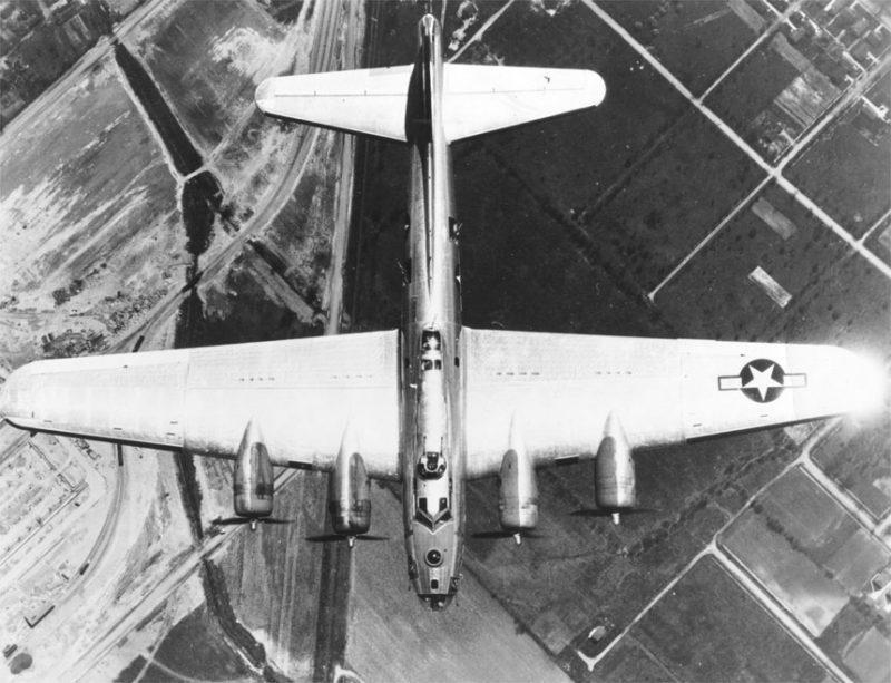 Бомбардировщик В-17 на подлете к Праге.