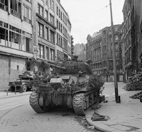 Британский танк Sherman Firefly в центре города после боя.