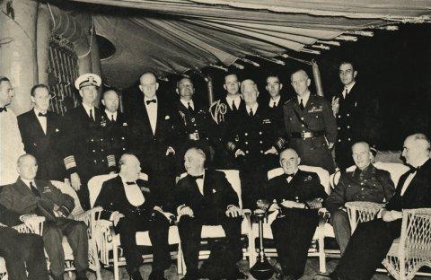 Президент США Франклин Д. Рузвельт и премьер-министр Великобритании Уинстон Черчилль на военном корабле США «Августа». 14 августа 1941 г.