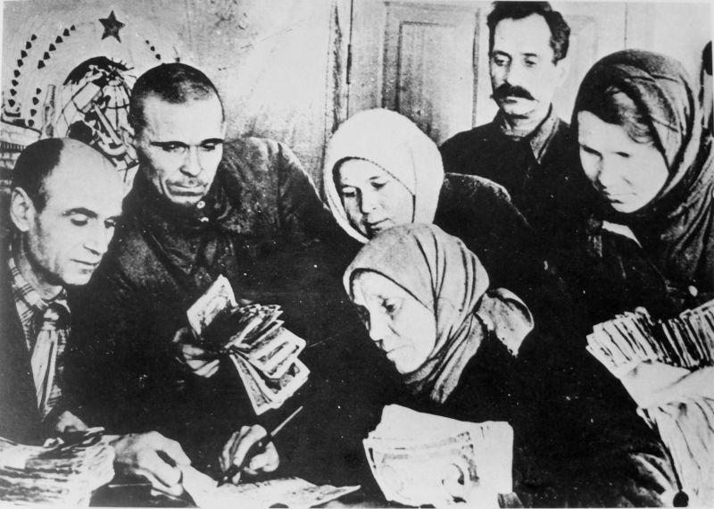 Советские граждане делают взнос в Фонд обороны. 1943 г.