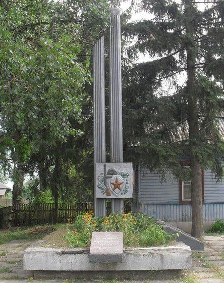 с. Араповичи Новгород-Северского р-на. Памятник погибшим односельчанам, установленный в 1985 году.