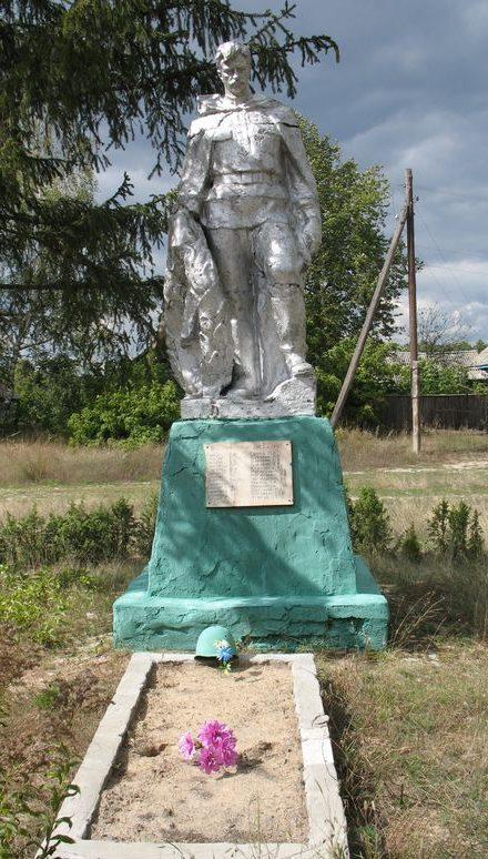 с. Загребельная Слобода Сновского р-на. Братская могила воинов, погибших при освобождении села и памятный знак погибшим односельчанам, установленный в 1957 году.