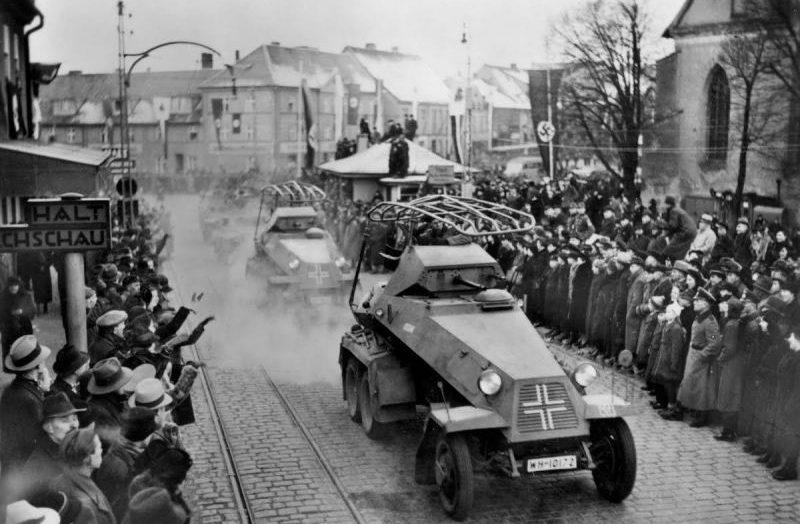 Тяжелые бронеавтомобили Sd.Kfz. 232 на улице города Тильзит. Март 1939 г.