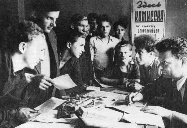 Прием заявлений от добровольцев на станкостроительном заводе им. Я. М. Свердлова.