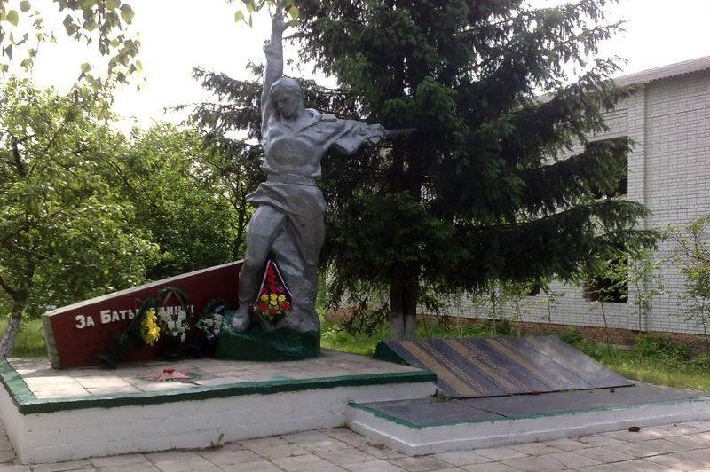 с. Авдеевка Куликовского р-на. Памятник погибшим односельчанам, установленный в 1979 году возле школы.
