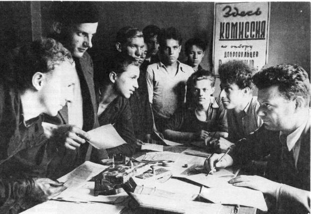 Прием заявлений от добровольцев на станкостроительном заводе им. Я. М. Свердлова. Ленинград, июль 1941 г.