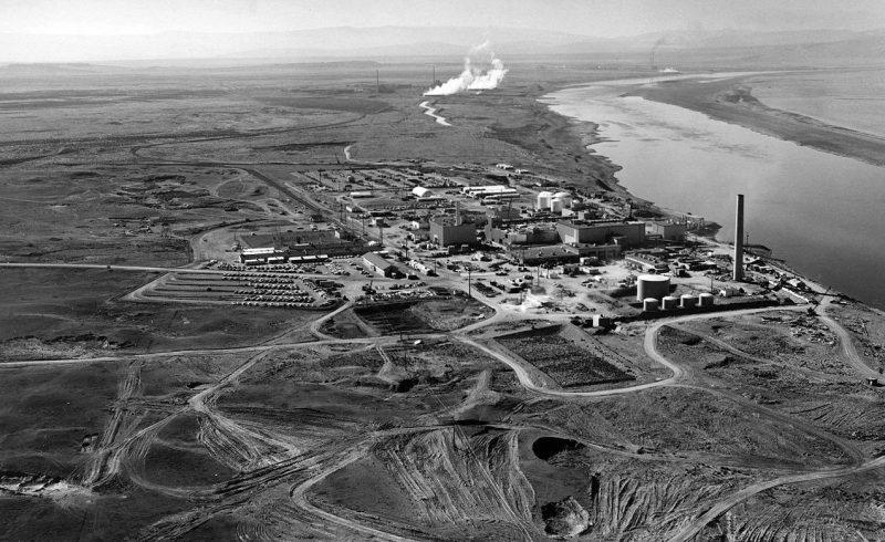 Цепочка ядерных реакторов Хэнфордского комплекса, расположенных вдоль берега р. Колумбия.