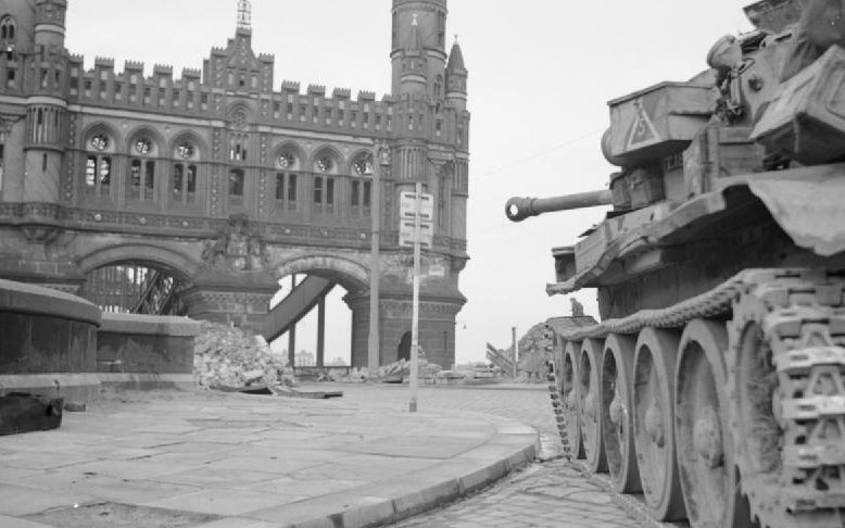 Танк Cromwell 7-й бронетанковой дивизии на позиции у Нойе Эльббрюкке в Гамбурге.
