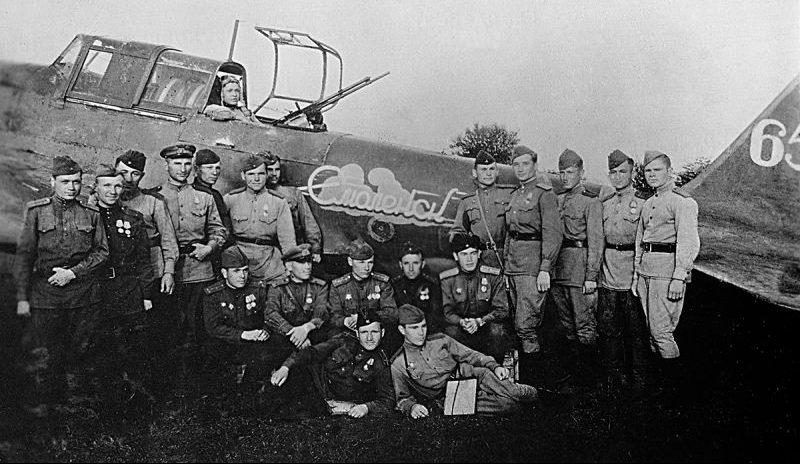 Летчики 187-го ГШАП у штурмовика Ил-2, построенного на средства трудящихся Смоленска. 1944 г.