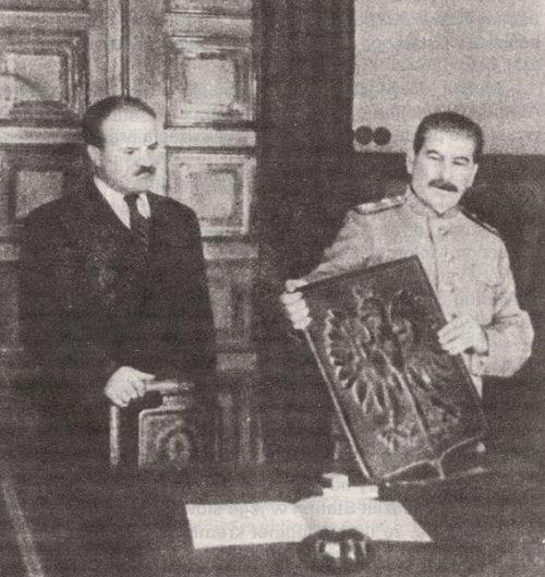 Молотов и Сталин с гербом Республики Польша. 1944 г.