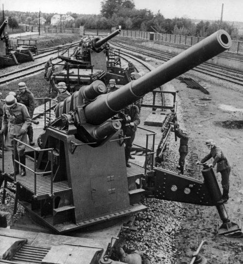Артиллерийские расчеты 150-мм железнодорожных пушек К (Е) готовят орудия к открытию огня во время польской компании. Сентябрь 1939 г.