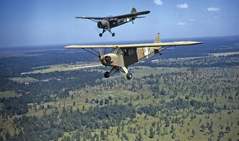 Американские легкие многоцелевые самолеты Piper J-3C в полете во время учений в Луизиане. 1941 г.