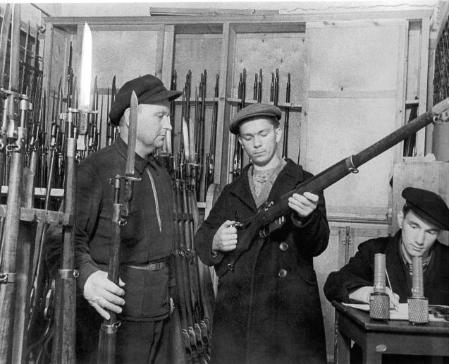 Ополченцы получают оружие.