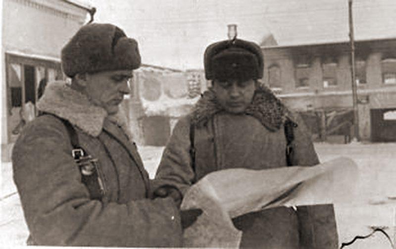 Командир 113-й стрелковой дивизии полковник К.И. Миронов (слева) и начальник штаба майор Н.С. Сташевский. 04 января 1942 г. Боровск.
