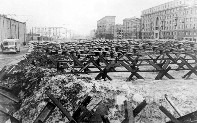 Заграждения из баррикад и противотанковых ежей на улицах Москвы.