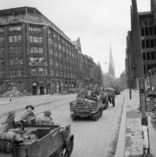 Универсальные тягачи 7-й бронетанковой дивизии в Гамбурге.