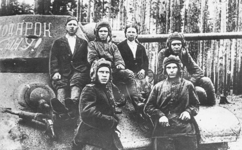 Колхозница М.Ф. Шарманова с экипажем именного танка Т-34 «Подарок сыну». 1943 г.