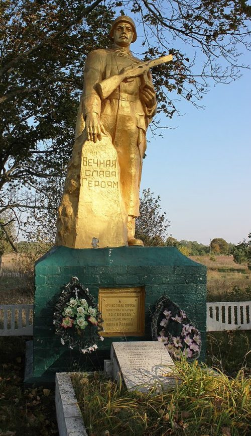 с. Александровка Вторая Репкинского р-на. Памятник, установленный в 1956 году на братской могиле 33 воинов, погибших при освобождении села.