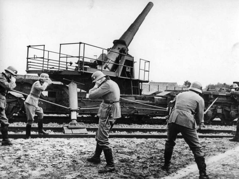 Расчет 170-мм железнодорожной пушки К (Е) ведет огонь во время польской компании. Сентябрь 1939 г.