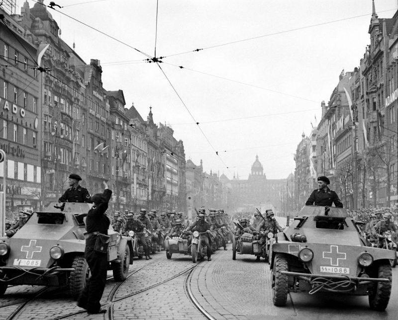Бронеавтомобили Sd. Kfz. 221 на Вацлавской площади в Праге. Октябрь 1939 г.