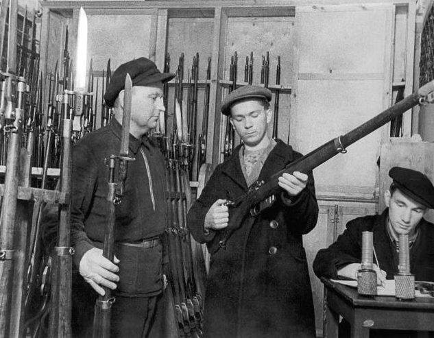 Ополченцы получают оружие. Ленинград, 1941 г.