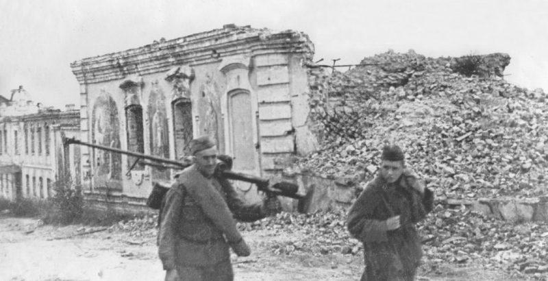 Советские войска входят в Дорогобуж.