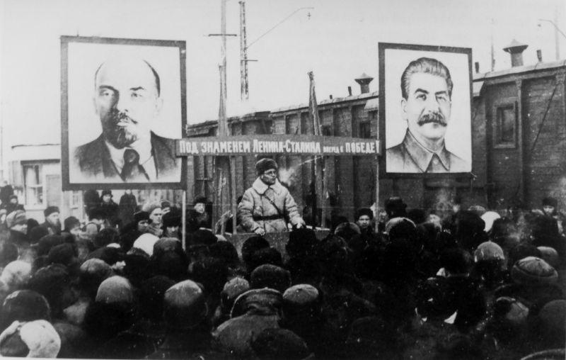 Митинг на вокзале при передаче армии санитарного поезда, построенного на средства московских рабочих. 1942 г.