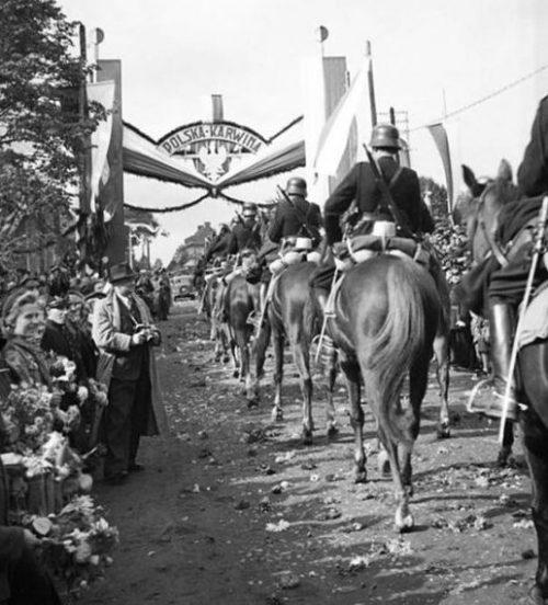 Польские войска оккупируют чешский город Карвин в ходе операции «Залужье». Польская часть населения встречает войска цветами. Октябрь 1938 года.