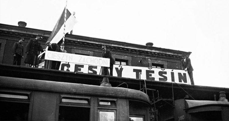 Польские военнослужащие на вокзале Тешина заменяют чешскую вывеску названия города, на польскую. 1938 г.