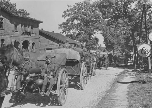 Немецкая колонна конной батареи 105-мм гаубиц на улице деревни во время Польской кампании. Сентябрь 1939 г.