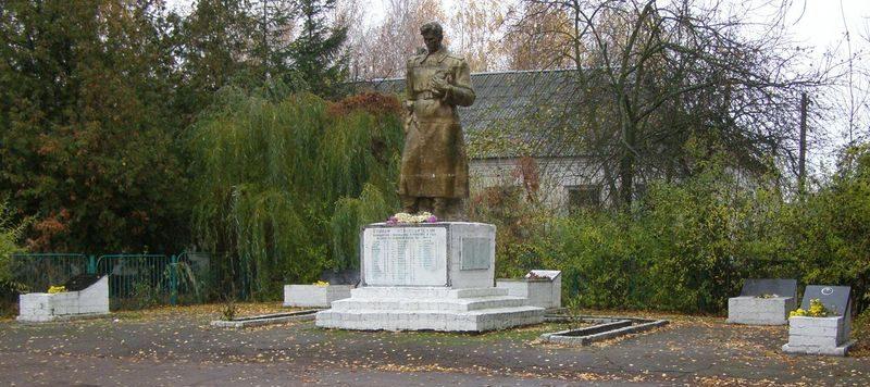 с. Бакланова Муравейка Куликовского р-на. Памятник, установленный в 1967 году на братской могиле, в которой похоронено 53 советских воинов, павших при освобождении села и умерших от ран в госпитале.