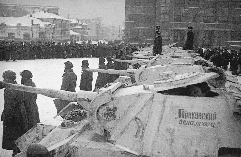 Танковая колонна «Горьковский динамовец» во время передачи на площади в Горьком. 1942 г.