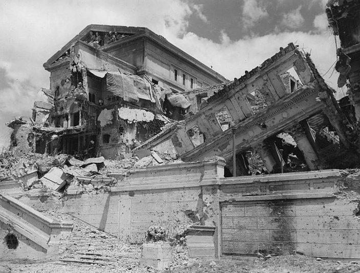 Разрушенное здание городской администрации Манилы.