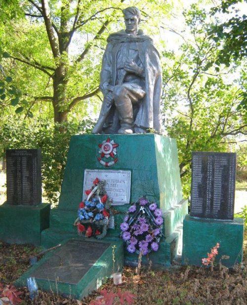 с. Буянки Репкинского р-на. Братская могила воинов, павших при освобождении села и памятный знак погибшим односельчанам.