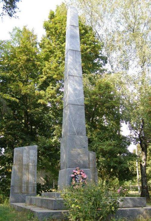 с. Вересочь Куликовского р-на. Памятник погибшим односельчанам, установленный в 1967 году.