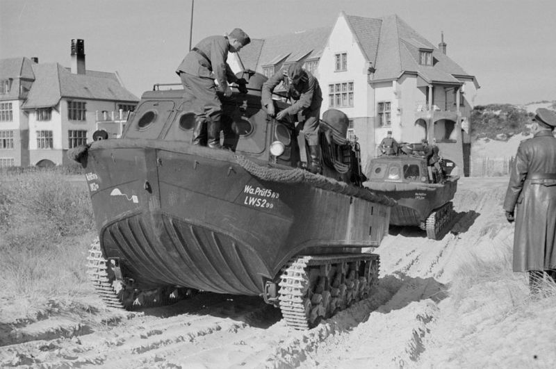 Немецкая экспериментальная гусеничная амфибия LWS-300 во время испытаний. Март 1940 г.