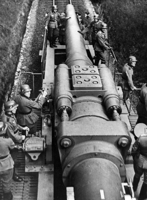 Артиллерийский расчет 280-мм железнодорожной пушки серии «Бруно». 1939 г.