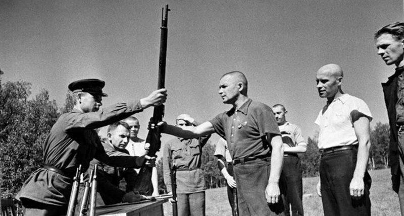 Выдача оружия ополченцам. Москва, 1941 г.