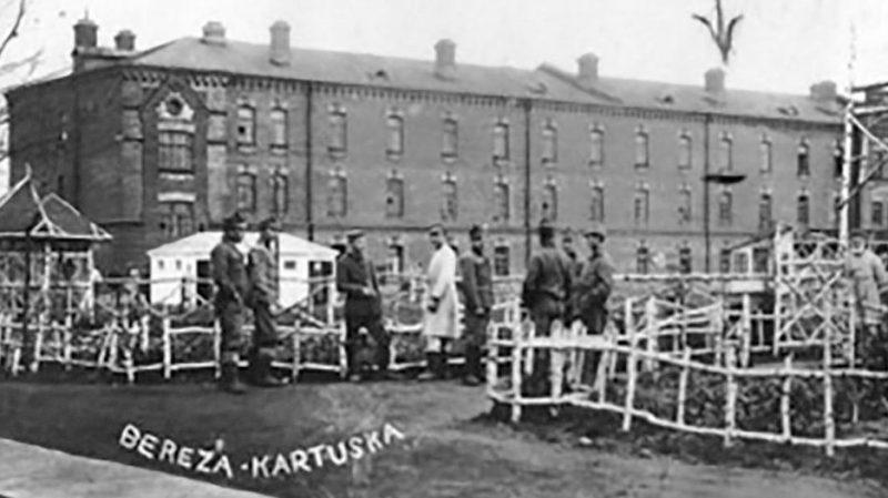 Центральный двор польского концлагеря Береза Картузская.