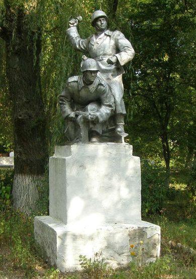 с. Вересочь Куликовского р-на. Памятник знак воинам - освободителям села.