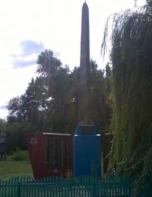 с. Бутовка Сосницкого р-на. Памятник воинам-односельчанам, установленный в 1972 году.