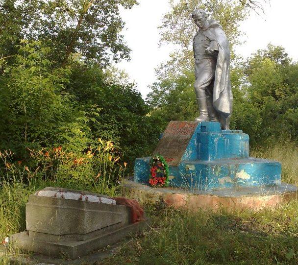 с. Горбово Новгород-Северского р-на. Памятник, установленный на братской могиле, в которой похоронено 39 советских воинов, которые погибли при освобождении села.