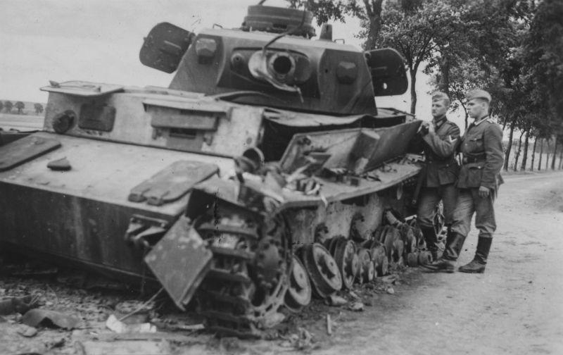 Подбитый танк Pz.Kpfw. IV на дороге под Амьеном. Май 1940 г.
