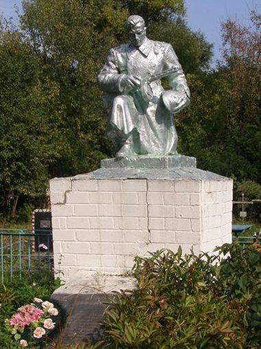 с. Вересочь Куликовского р-на. Памятник, установленный на братской могиле, в которой похоронено 16 воинов, павших при обороне села в 1941 году и его освобождении в сентябре 1943 году.