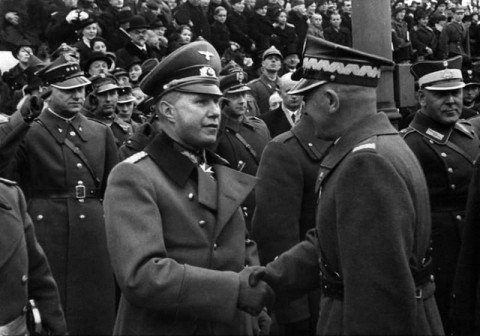 Рукопожатие польского маршала Эдварда Рыдз-Смиглы и немецкого атташе полковника Борислава фон Штудница на параде «Дня независимости» в Варшаве. 11 ноября 1938 года.